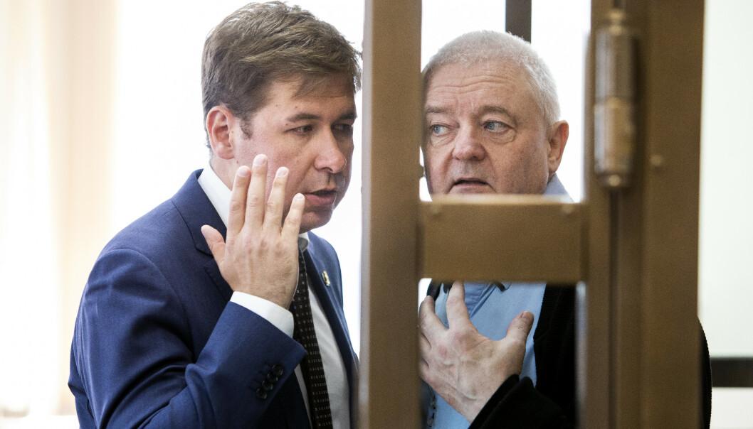 Spionsiktede Frode Berg i samtale med sin russiske advokat Ilja Novikov (t.v.) under ankebehandlingen av et fengslingsmøte i byretten i Moskva i juni i fjor. Mandag kom nyheten om at rettssaken mot nordmannen vil starte 2. april. Foto: Tore Meek / NTB scanpix