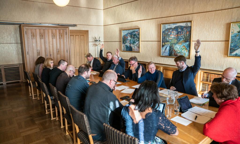 STEMTE FOR: Carl I. Hagen (Frp) og byrådslederkandidat Eirik Lae Solberg (H) støttet sammen med KrF forslaget om å leie ut rådhusets festsal til Aamir Sheik. Foto: Øistein Norum Monsen / Dagbladet