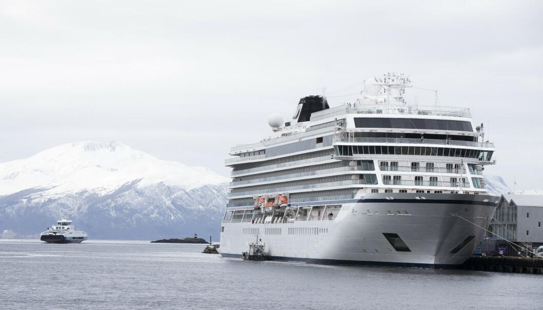 <strong>REDNINGSAKSJON:</strong> En omfattende redningsaksjon ble satt i gang da cruiseskipet «Viking Sky» fikk motorstans lørdag. FOTO: NTB Scanpix