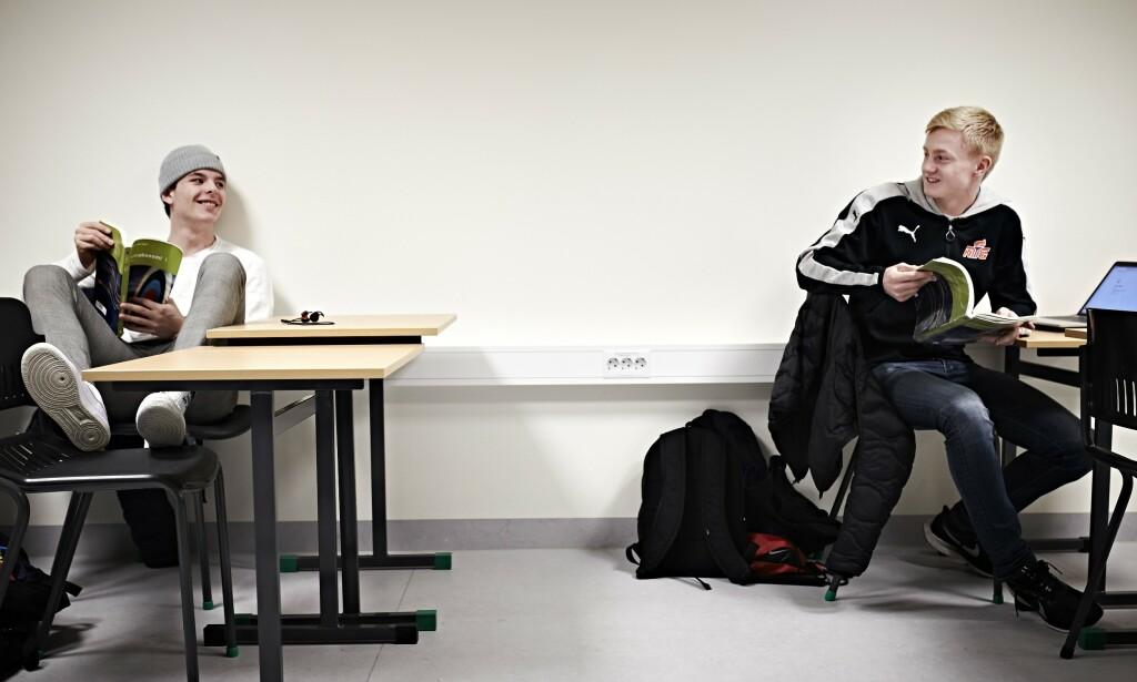 SKOLEHVERDAG: Timen i bedriftsøkonomi går mot slutten, og NTG-elevene Oscar Aga og Bjørn Corneliussen (t.v.) er klar for formiddagstrening.