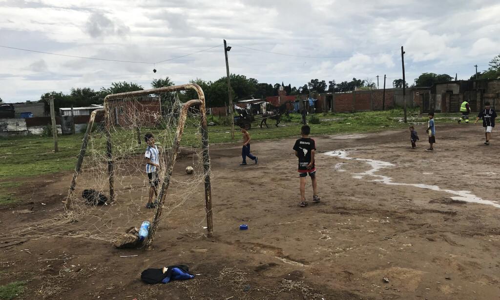 TRENINGSHVERDAG: Guttene på potreroen i Villa Veinte de Diciembre drømmer om å spille for det argentinske landslaget. Her lærer de sin «gambeta» den argentinske måten å drible på, og å konkurrere med eldre og sterkere gutter. Foto: Viggo Strømme