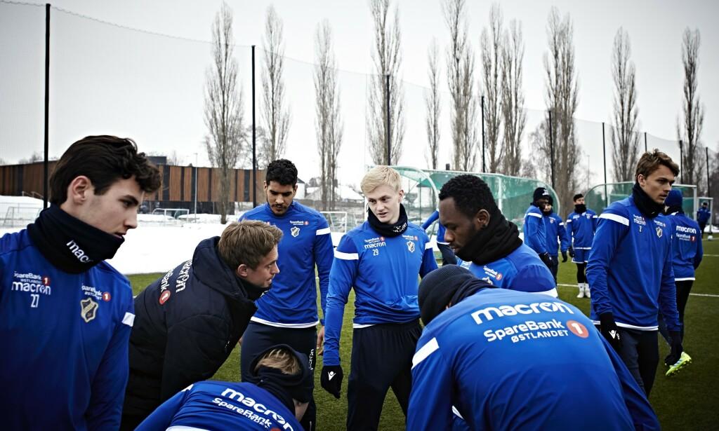 TRENINGSHVERDAG: Oscar Aga (i midten) sammen med andre tenåringer på Stabæks A-lag. Denne sesongen håper han på et gjennombrudd i eliteserien.