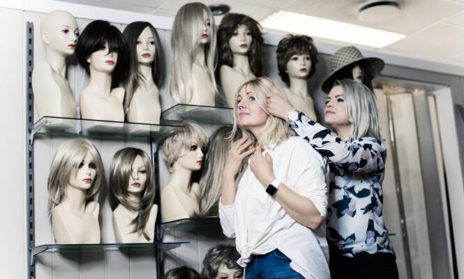 PRØVEROMMET: - Det er viktig å bruke den tiden du trenger på å finne en god parykk, mener Kari Mette som har hatt mange ulike i løpet av de årene hun har hatt Alopecia. FOTO: Astrid Waller