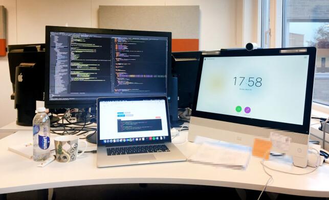 Pulten til Phrida Norrhall i Cisco. Cisco-skjermen til høyre er ett av produktene hun lager løsninger for. 📸: Privat