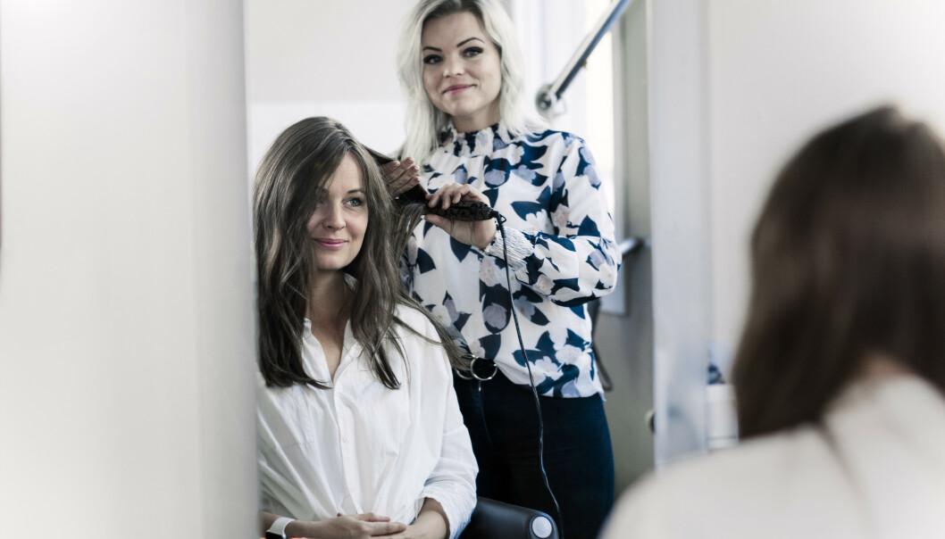I STOLEN: - Frisørfølelsen er viktig, selv om man bruker parykk, forteller Kari Mette Witzell (ja, hun har faktisk på en parykk!) som sitter i stolen til Ann-Kristin Hovland. FOTO: Astrid Waller