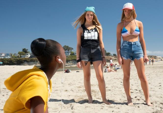 SLIK SER DE UT NÅ: De eneggede tvillingsøstrene Cali og Noelle Sheldon var allerede som babyer med i tv-serien «Friends». Nå dukker de opp som 16-åringer i en ny grøsser. Foto: NTB scanpix