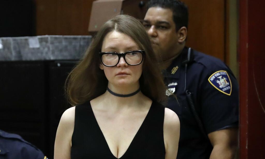 I RETTEN: Anna Sorokin står tiltalt for grovt tyveri og svindel. Foto: AP Photo/Richard Drew