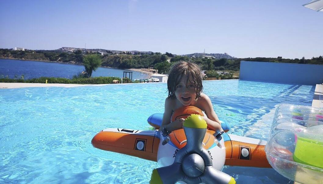 ELSKER Å BADE: Henrik er blitt seks år og er fortsatt en badeløve. Her fra forrige sommerferie på Rhodos. FOTO: Privat
