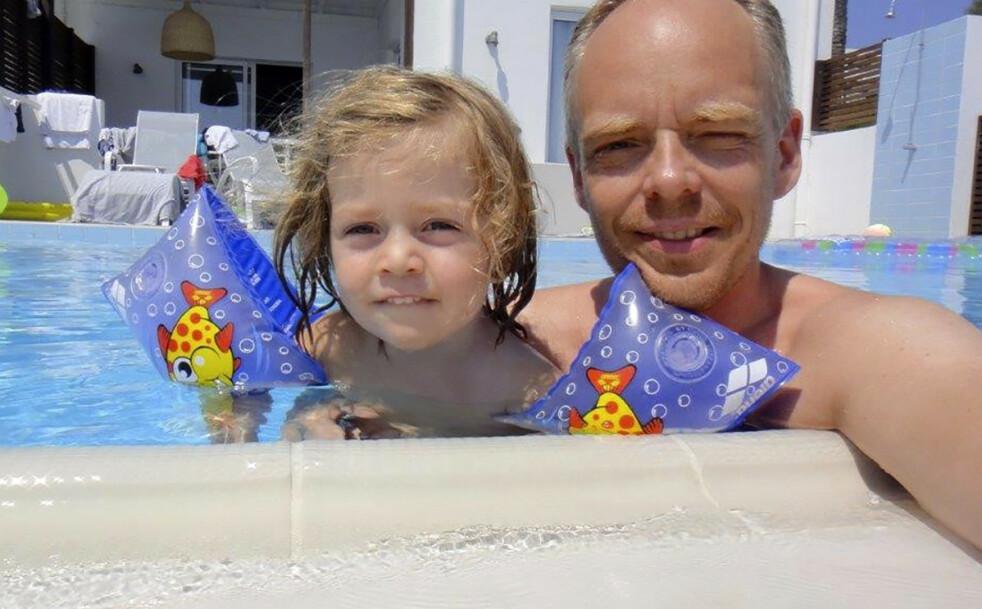 TILBAKE: Å trygge Henrik i vannet etter ulykken ble viktig. Her er far og sønn tilbake i bassenget bare få dager etter at de holdt på å miste ham. FOTO: Privat