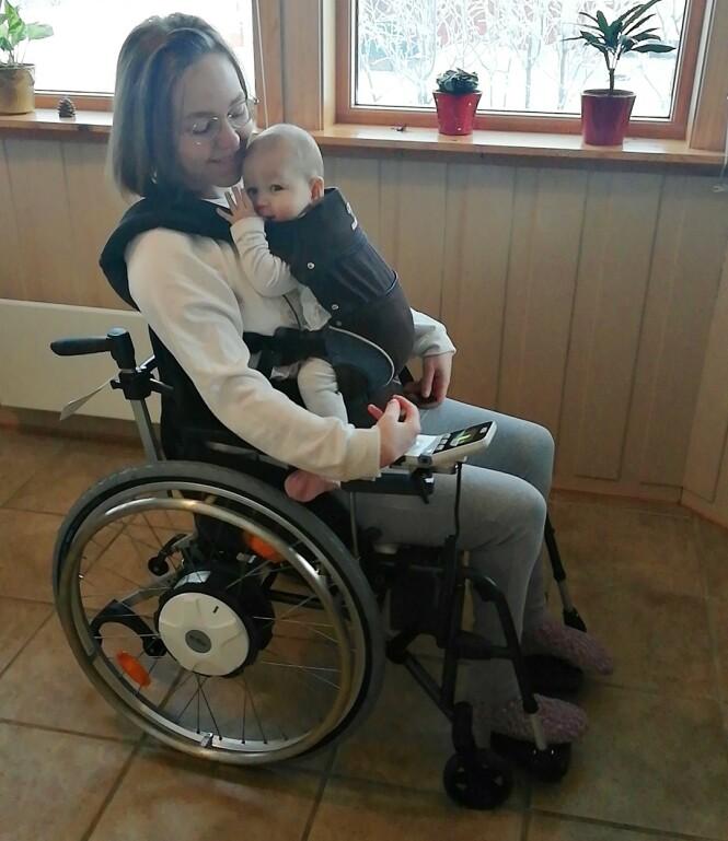 KOSESTUND MED MAMMA: På grunn av redusert muskelmasse klarer Lena Iren ikke å gå lange distanser og må bruke rullestol til avlastning. FOTO: Privat
