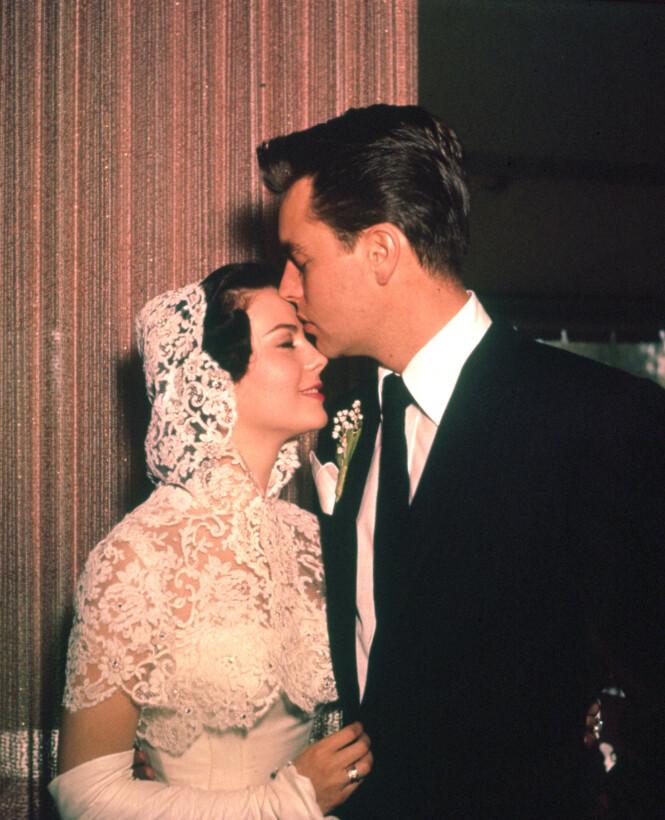<strong>ROMANTISK:</strong> Natalie og Robert giftet seg i 1957, skilte seg fire år senere – og ble gift igjen i 1972. Her fra det første bryllupet deres. Foto: NTB Scanpix