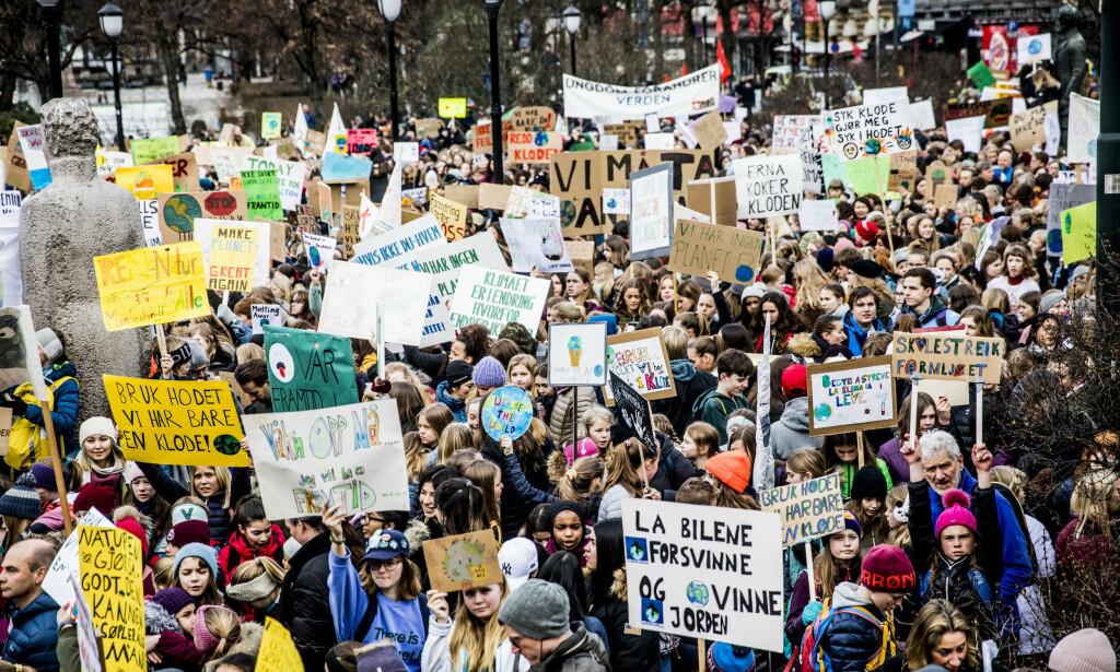 KJEMPER FOR FRAMTIDA: Streikende skoleelever med paroler utenfor Stortinget forrige fredag. Foto: Christian Roth Christensen / Dagbladet
