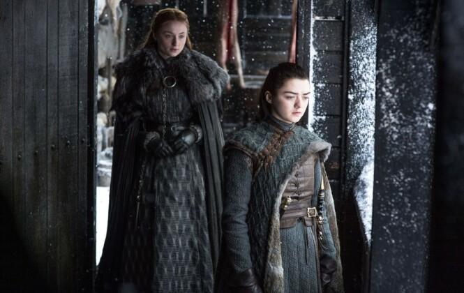 SØSTRE: Sophie Turner og Maisie Williams har hatt rollene i Game of Thrones siden de var 12 og 13 år. FOTO: HBO // NTB Scanpix