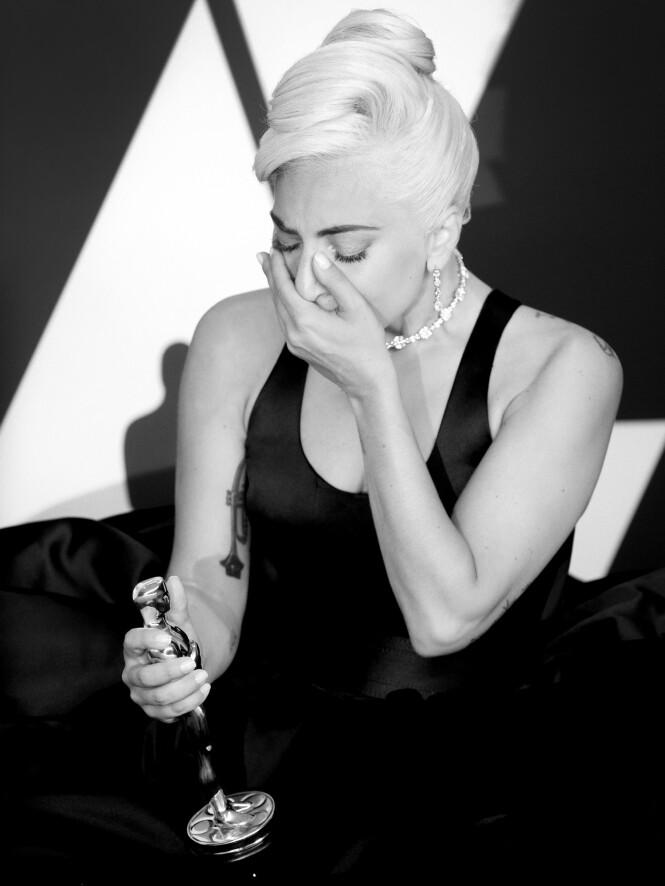 NÅR HEVNEN ER SØT: Lady Gaga ble grepet av sterke følelser under Oscar-utdelingen i februar. Etter å ha mottatt statuetten skrev hun seg inn i historien - som den første kvinnen som noensinne har vunnet en Oscar-, BAFTA-, Grammy- og Golden Globe på ett og samme år. FOTO: NTB Scanpix