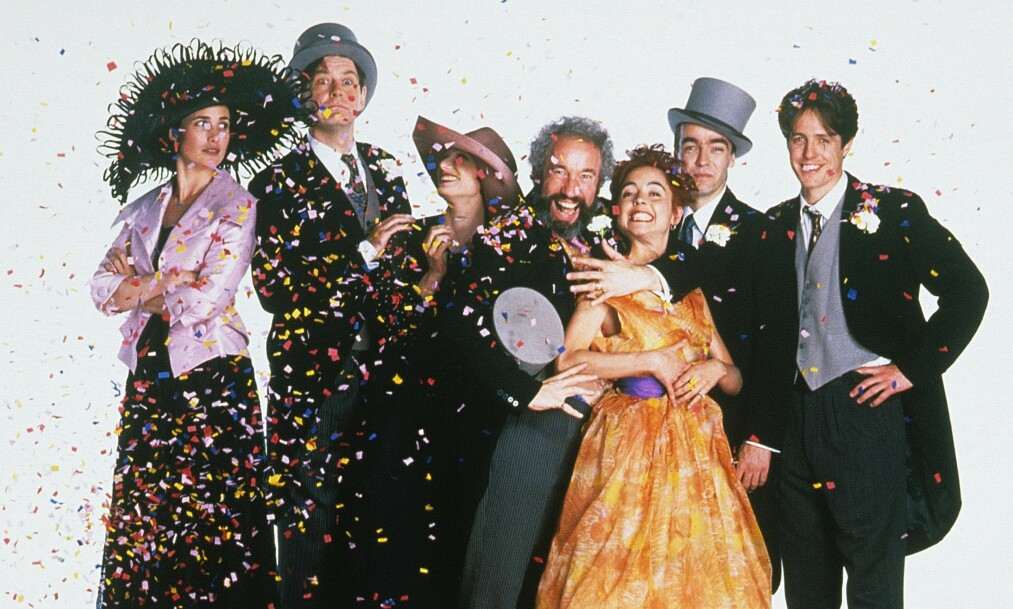 SUKSESS: Skuespillerne i «Fire bryllup og en gravferd» fikk en enorm suksess med filmen i 1994. Foto: NTB Scanpix