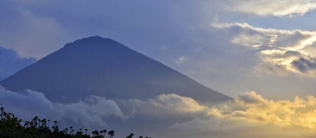 image: Avis: Norsk turist reddet ned fra vulkan på Bali