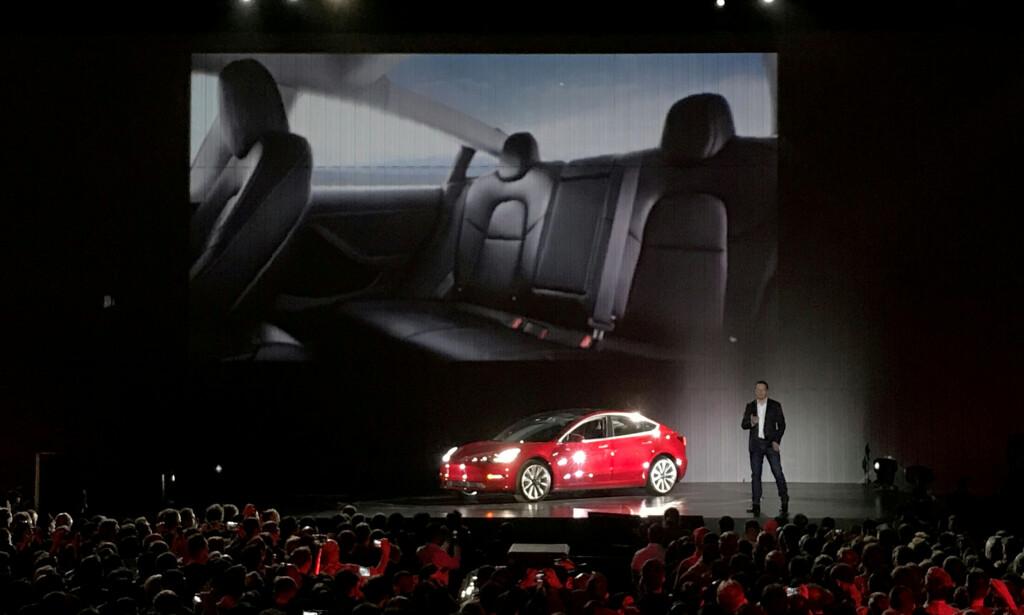 HOLDES INFORMERT: Teslas toppsjef Elon Musk er allerede informert om rekorden, som var et faktum i går ettermiddag. På bildet fra juli 2017 introduserer han en av de første Tesla Model 3 som ble ferdigstilt. Foto: NTB Scanpix/Reuters/Alexandria Sage