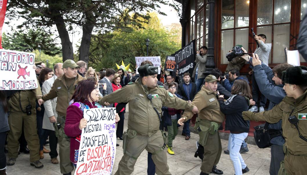 SLÅR RING OM KONGEPARET: Kongeparets sikkerhetsvakter og det lokale politiet slo ring om kongeparet. Foto: Andreas Fadum