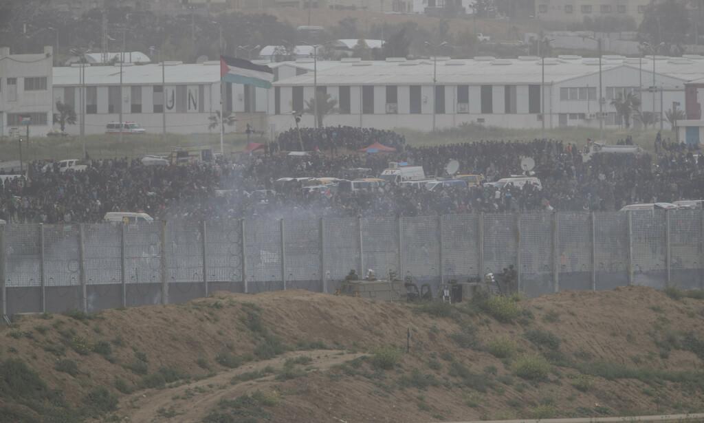Titusener demonstrerte på Gazastripen nær grensa mot Israel 30 mars. Foto: AP Photo/Tsafrir Abayov