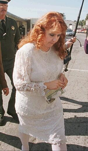 NYGIFT: Doreen Lioy avbildet på vei ut av San Quentin State Prison i California 3. oktober 1996. Her har hun akkurat giftet seg med seriemorderen Richard Ramirez. Foto: AP / NTB Scanpix