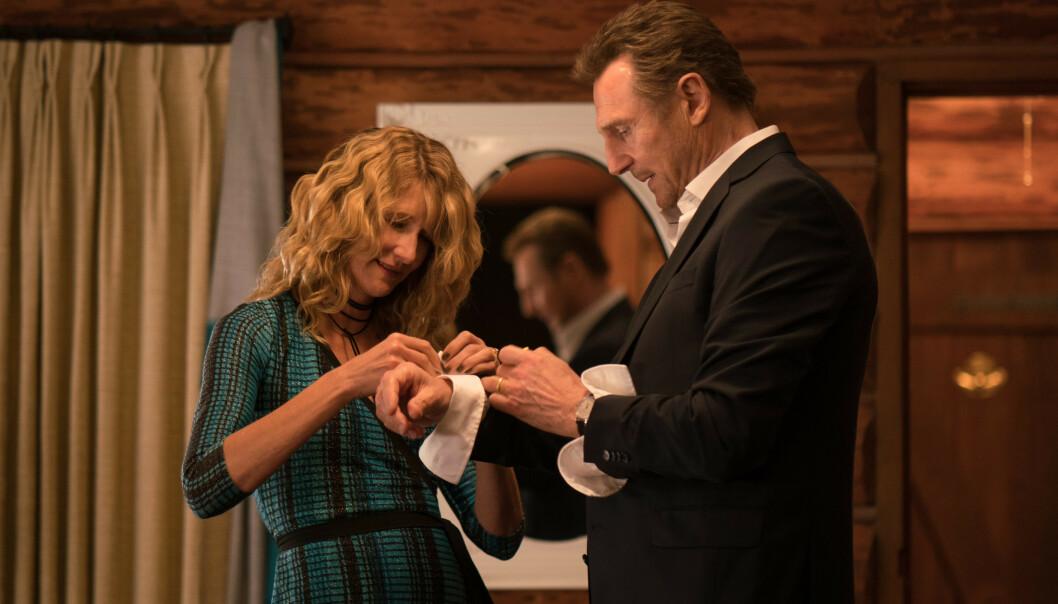 PÅ HEVNTOKT: Det var i forbindelse med presselanseringa for filmen «Cold Pursuit» at Liam Neeson fortalte om den brutale reaksjonen. Her sammen med kollega Laura Dern. Foto: NTB Scanpix