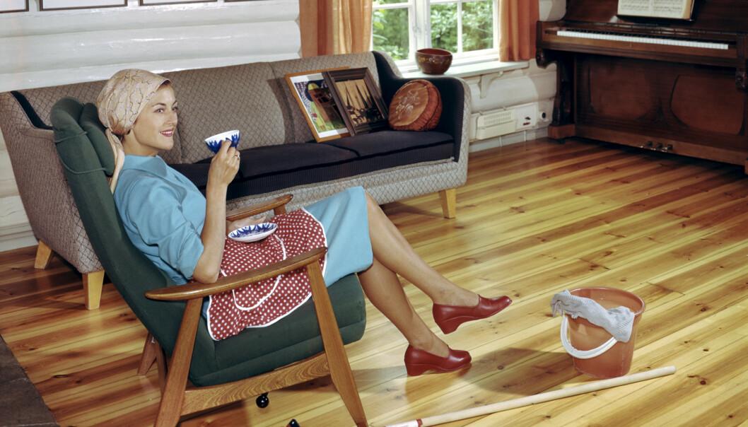 Gulvet er nyvasket, og husmoren kan ta en velfortjent kaffepause. Ifølge Oslo Museum er bildet tatt i forbindelse med et reklameopptak for ett eller annet i 1963. Kan det være langkosten? Eller kanskje vaskemiddelet? FOTO: Atelier Rude/Oslo Museum