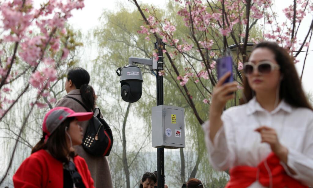 KONTROVERSIELT: Et hyperavansert overvåkningskamera skuer over forbipasserende i Beijing. Amerikanske myndigheter hevder at China Mobile bistår i spionasje. Cloudflare selger tjenester til China Mobile, men påpeker at de ikke er ført opp på noen sanksjonsliste. Foto: Reuters / NTB scanpix