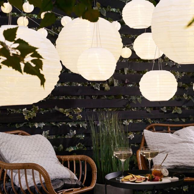 TRENDY: Solcellelampa Ø kan henges opp i trærne eller på terrassen og finnes i både 20 og 40 centimeters størrelse.