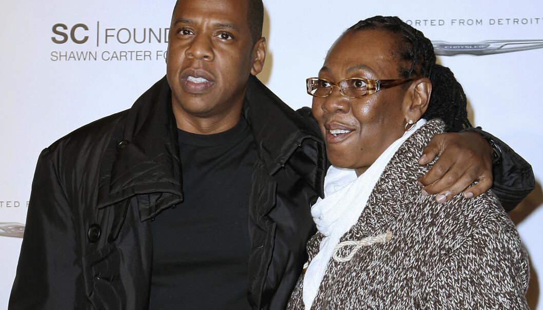 MOR OG SØNN: Gjennom sangen «Smile» stod mammaen til Jay Z, Gloria Carter, frem som lesbisk. FOTO: NTB scanpix