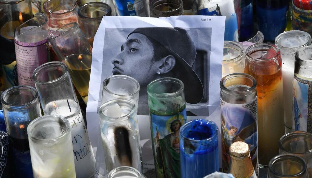 GIKK BORT: Fans og mange andre har tent lyst for å minnes den avdøde rapperen utenfor stedet han ble drept. Foto: NTB Scanpix