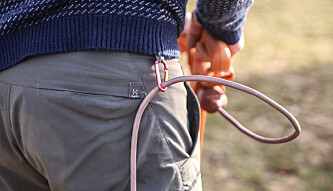 <strong>Unngå å kappe:</strong> En liten karabinkrok er løsningen når kabelen skal holdes unna de skarpe knivene. Foto: Øivind Lie-Jacobsen