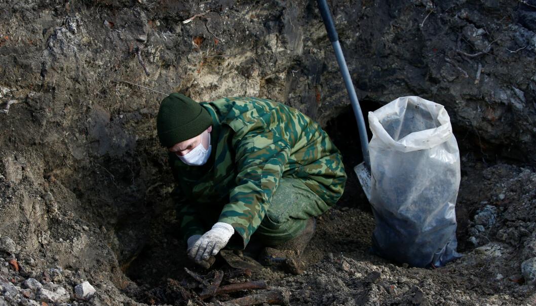 GROTESK FUNN: Soldater driver med utgravingsarbeid på tomta der en ny luksusblokk skulle reises. Foto: Vasily Fedosenko / Reuters / NTB Scanpix