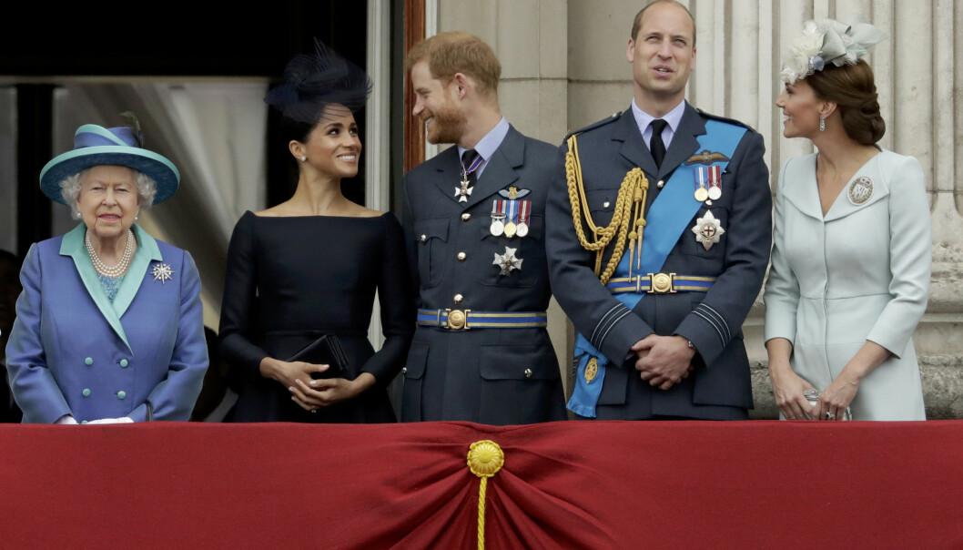 OVERHODE: Dronning Elizabeth avbildet sammen med hertuginne Meghan, prins Harry, prins William og hertuginne Kate på slottsbalkongen i fjor sommer. Foto: NTB scanpix