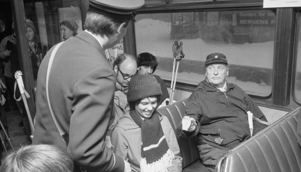 STERKT MINNE: Et av de øyeblikkene Tobias Santelmann forbinder mest med kong Olav, er da han i 1973 tok Holmenkollbanen fra Majorstuen i Oslo på grunn av oljekrisen. FOTO: Jan Greve // NTB Scanpix
