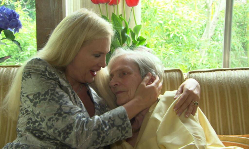 MOREN AKUTTINNLAGT: Moren til den svenske realitystjernen Gunilla Persson (60) ble i hui og hast kjørt til sykehus i Los Angeles tirsdag kveld lokal tid. Foto: TV3