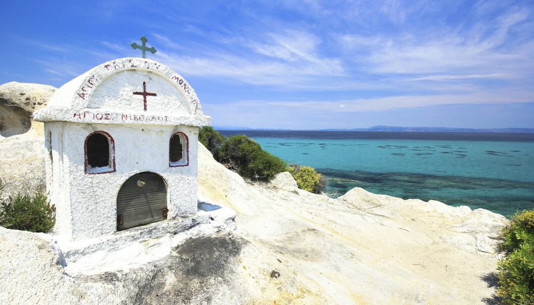 SITHONIA: På en knaus med utsikt over sjøen på halvøya Sithonia står denne lille kirken. FOTO: NTB Scanpix