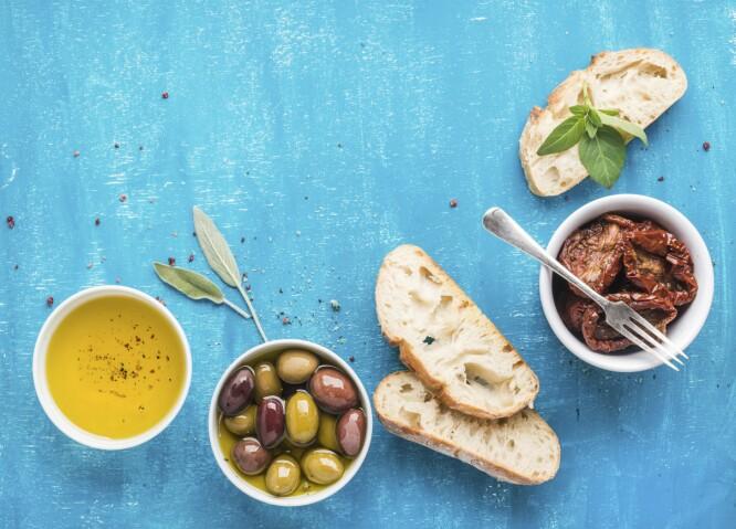 GRESK MAT: Det greske kostholdet er tradisjonelt ganske så vegetarisk. Og oliven og brød er en vanlig snack. FOTO: NTB Scanpix