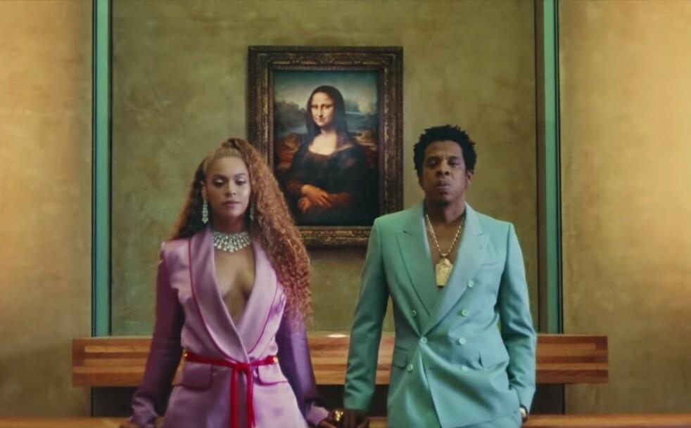 EN NATT PÅ MUSEET: Det er ikke mange (faktisk vet vi bare om disse to) som har fått Louvre-museet i Paris for seg selv. Men nå kan du også! FOTO: Skjermdump Youtube