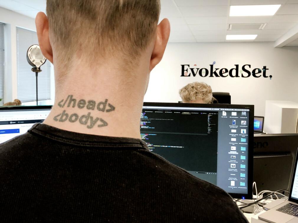Tatoveringen i nakken til Martin Menneske Gammelsæter Jacobsen gjør det rimelig klart hva han liker å kode. 📸: Privat