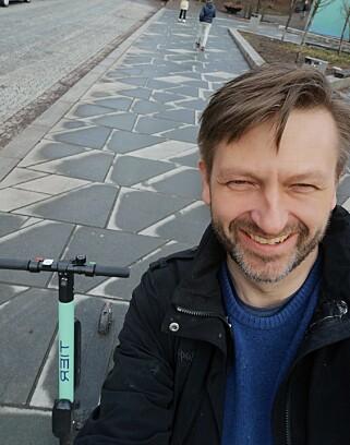 PÅ TUR: Høyres byrådslederkandidat Eirik Lae Solberg la i helga ut dette bildet av at han testet de nye sparkesyklene. Foto: Privat
