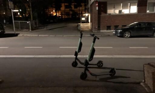 KAOS: Undertegnede tok dette bildet av to Tier-sparkesykler midt på fortauet utenfor egen bolig i Oslo klokka 00.32 natt til mandag. Foto: Trym Mogen / Dagbladet