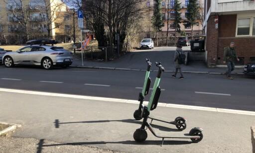 SAMME STED: 14.38 mandag ettermiddag, over 14 timer etter, sto de to syklene parkert på samme sted. Det er slikt blindeforbundet frykter. Foto: Trym Mogen / Dagbladet