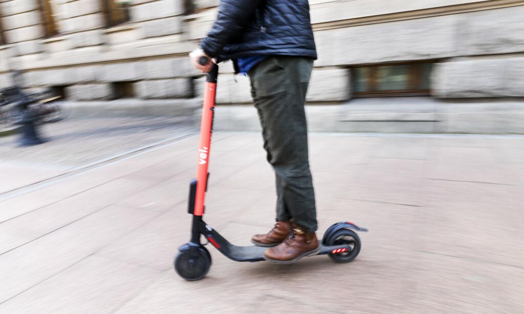 SVARER: Det svenske selskapet VOI sier de er lei seg for at folk har blitt påkjørt av deres elektriske sparkesykler. Debatten raser nå over el-scooterne som er til utleie i Oslo sentrum. Foto: Gorm Kallestad / NTB scanpix