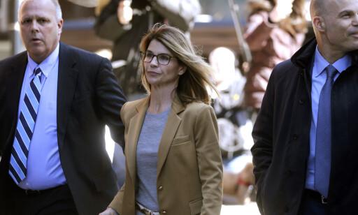 Skuespiller Lori Loughlin ankommer en domstol i Boston. Hun er tiltalt for å ha betalt bestikkelser for å sikre barna sine opptak ved et eliteuniversitet i USA. Foto: AP / Steven Senne / NTB scanpix