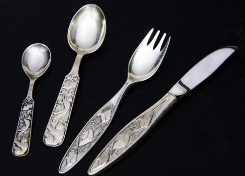 <strong>SPESIALSERVISE:</strong> Spesialdesignet spisebestikket i sølv er en flott gave til den nye verdensborgeren (fra ca. kr 200 pr. stk.). Foto: Jan Larsen