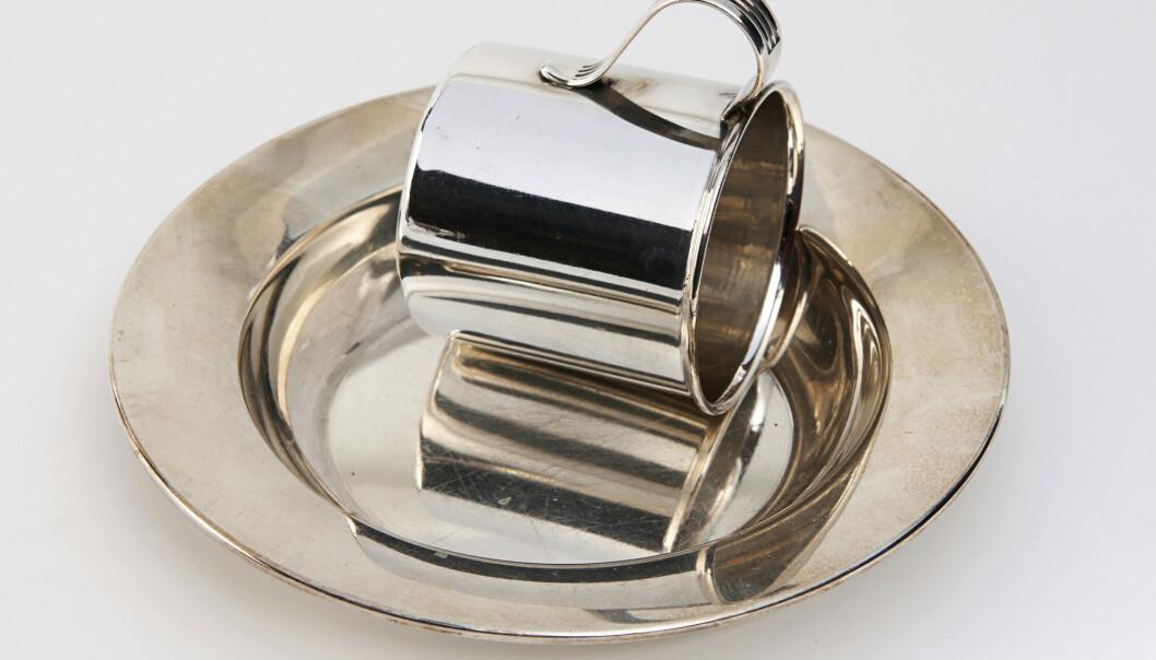 <strong>VAKKERT:</strong> Sølvtallerken og kopp er en hyggelig gave til den nyankomne (ca. kr 450 for tallerkenen og ca. kr 100 for koppen). Foto: Jan Larsen