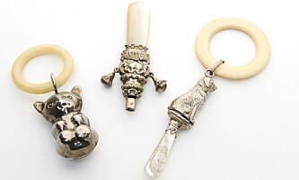 <strong>NOE Å BITE I:</strong> Biteringer kombinert med rangler med fine fantasifigurer i sølv (ca. kr 600 pr. stk.) Foto: Jan Larsen