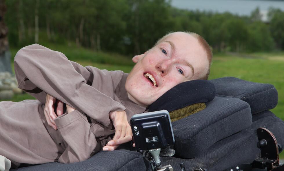 ORDFØRERKANDIDAT: SMA-syke Torstein Lerhol ville ifølge legene bare bli to år. Nå er han 32, veier 20 kg og pustekapasiteten er 11 prosent. Han kan bare bevege én finger, ligger i rullestol og behøver assistanse hele døgnet. Likevel er han ordførerkandidat, næringslivsleder og foredragsholder. Foto: Svend Aage Madsen