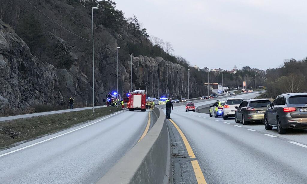 STANS: E39 stengt etter en front mot fronkollsjon mellom en personbil og en trailer ved Fidjane i Kristiansand. Foto: Tor Erik Schrøder / NTB scanpix
