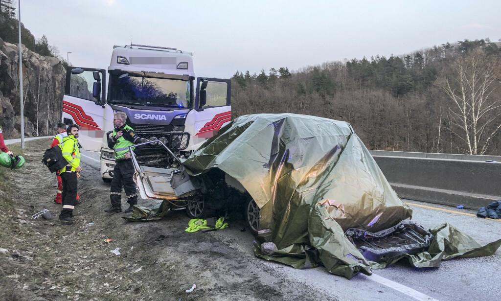 OMKOM: En person er død etter en frontkollisjon på E39 ved Kristiansand. Det var en politijakt i forkant av hendelsen, og veien er torsdag kveld stengt. Foto: Tor Erik Schrøder / NTB scanpix